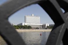 Вид на Белый дом в Москве 21 мая 2012 года. Правительство РФ на заседании в четверг одобрило проект бюджета на 2016 год, сообщили участники встречи журналистам. REUTERS/Sergei Karpukhin