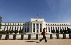 Selon le compte-rendu de la réunion de politique monétaire des 16 et 17 septembre, la Réserve fédérale américaine a estimé que l'état de l'économie n'était pas loin de justifier une hausse des taux d'intérêt en septembre, mais les responsables de la politique monétaire aux Etats-Unis ont jugé qu'il était prudent d'attendre des données montrant que le ralentissement économique mondial ne faisait pas dérailler l'activité du pays. /Photo prise le 16 septembre 2015/REUTERS/Kevin Lamarque