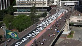 Taxistas promovem manifestação em frente da prefeitura de São Paulo contra serviço do Uber.