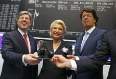 CEO Schaeffler Rosenfeld Мария-Элизабет Шеффлер и ее сын Георг после IPO компании на фондовой бирже во Франкфурте-на-Майне. 9 октября 2015 года. Немецкий производитель автоподшипников Schaeffler смог привлечь в ходе IPO около 938 миллионов евро вместо планировавшихся 2,5 миллиарда евро, однако его акции на дебютных торгах выросли на 8 процентов к цене размещения в 12,5 евро. REUTERS/Ralph Orlowski