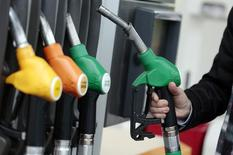 Un cliente se prepara para llenar su estanque con gasolina, en una gasolinera en Niza, 5 de diciembre de 2014. La falta de un líder claro o punto de apoyo en el mercado petrolero global está generando incertidumbre y alentando fuertes fluctuaciones en los precios del crudo, aunque esta inseguridad no continuaría por mucho tiempo, dijo un importante asesor petrolero saudí. REUTERS/Eric Gaillard