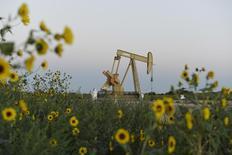 Una unidad de bombeo de crudo de Devon Energy Production Company operando cerca de Guthrie, EEUU, sep 15, 2015. El petróleo cotizaba con altibajos el viernes, debido a que los operadores cerraban posiciones al final de la semana, generando el mayor alza semanal de los precios en más de seis años. REUTERS/Nick Oxford