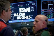 Operadores en el puesto de Baker Hughes en la bolsa de Wall Street en Nueva York, nov 17 2014. Las empresas de energía de Estados Unidos redujeron en nueve el número de plataformas petroleras activas en la última semana, en la mayor serie de declives semanales desde junio, mostraron datos el viernes, y una señal de una debilidad sostenida en los precios que lleva a las firmas a recortar sus planes.  REUTERS/Brendan McDermid