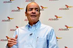 Carlos Brito, directeur général d'Anheuser-Busch InBev. Le numéro un mondial de la bière pourrait relever son offre sur SABMiller, le numéro deux, d'ici la date butoir de mercredi, selon une source proche du dossier. /Photo prise le 26 février 2015/REUTERS/Eric Vidal