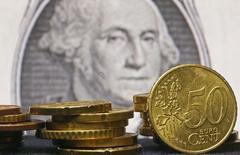 Eвроценты на фоне банкноты 1 доллар США. Зеница, 13 марта 2015 года. Курс доллара к корзине шести основных валют близок к трехнедельному минимуму из-за сомнений инвесторов в том, что ФРС повысит процентные ставки в этом году. REUTERS/Dado Ruvic
