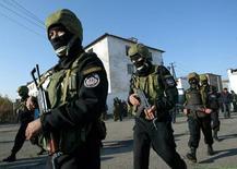 Киргизские спецназовцы у тюрьмы близ села Беловодское. 16 ноября 2005 года. Девять исламистов сбежали из исправительного учреждения №50 (СИЗО-50) близ столицы Киргизии Бишкека в ночь на понедельник, убив трех охранников и ранив одного, сообщила сотрудник пресс-службы Госслужбы исполнения наказаний (ГСИН). REUTERS/Vladimir Pirogov