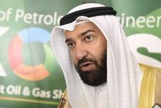 El ministro de Petróleo kuwatí, Ali Al-Omair, habla con los medios en la inauguración de una conferencia energética en Mishref, Kuwait, el 12 de octubre 2015. El ministro de Petróleo de Kuwait dijo el lunes que actualmente no hay llamados desde dentro de la OPEP para cambiar el techo de producción del grupo y que una salida del mercado de los productores de alto costo podría ayudar a impulsar los precios del crudo en el 2016. REUTERS/Stephanie McGehee