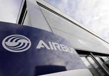 Airbus Group baisse de 2,4% vers 13h00, quand le CAC 40 recule de 0,34% à 4.685,61 points. Credit Suisse s'attend à un free cash flow négatif et une faible croissance du résultat opérationnel au troisième trimestre. /Photo d'archives/REUTERS/Régis Duvignau
