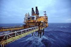 Una plataforma de petróleo en el Mar del Norte,  el 24 de febrero de 2014. La preocupación por el impacto en el cambio climático de la combustión de los recursos petroleros que quedan en el mundo supone que las reservas nunca serán explotadas por completo, dijo el martes el economista jefe de la petrolera BP. REUTERS/Andy Buchanan/pool