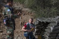 Daniel Craig, defensor global da ONU contra o uso de minas terrestres e explosivos, em campo minado no Chipre. 13/10/2015      REUTERS/UN/Handout