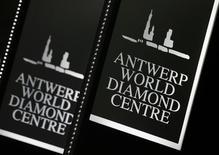 Логотипы алмазный центр в Антверпене Antwerp World Diamond Centre на выставке Hong Kong Jewellery & Gem Fair. Гонконг, 22 сентября 2009 года. Европейский алмазный центр в бельгийском Антверпене потерял всего 2-3 процентных пункта своей доли в продажах алмазов российской Алросы после заключения госкомпанией новых прямых контрактов с индийскими покупателями, сказал Рейтер президент отраслевого лобби Antwerp World Diamond Centre (AWDC) Стефан Фишлер во вторник. REUTERS/Bobby Yip
