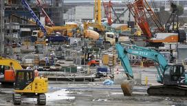 Строительная площадка в Токио. 9 сентября 2015 года. Правительство Японии ухудшило экономический прогноз из-за падения объемов промышленного производства, что может свидетельствовать о замедлении восстановления экономики страны в связи с сокращением внешнего спроса. REUTERS/Toru Hanai