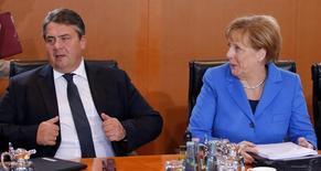 La canciller alemana, Angela Merkel, y el ministro de Economía, Sigmar Gabriel, durante la reunión semanal del gabinete, en Berlín, el 14 de octubre de 2015. El Gobierno alemán rebajó el miércoles ligeramente su estimación sobre el crecimiento de su economía a un 1,7 por ciento para este año, debido a la desaceleración económica en China y de otros mercados emergentes, aunque mantuvo su estimación de una expansión del 1,8 por ciento para el próximo año. REUTERS/Fabrizio Bensch
