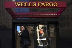 Банкомат Wells Fargo в Нью-Йорке. 10 октября 2015 года. Крупнейший американский ипотечный кредитор Wells Fargo сообщил о первом за 2015 год повышении квартальной прибыли. REUTERS/Eduardo Munoz