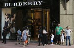 Burberry annonce une hausse moins marquée que prévu de ses ventes sur le premier semestre 2015-2016 et laisse entendre que les conditions de marché se durcissent pour le secteur du luxe, en raison d'une plus grande frilosité des clients chinois. /Photo d'archives/REUTERS/Bobby Yip