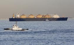 СПГ-танкер у Йокогамы 5 декабря 2012 года. Литва, стремящаяся снизить зависимость от российских нефти и газа, ведет переговоры о поставках сжиженного газа (СПГ) с американской компанией Cheniere Energy Inc, сообщил министр энергетики Литвы Рокас Масюлис. REUTERS/Yuriko Nakao