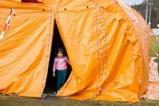 Девочка в лагере временного содержания у пограничного пункта Стурскуг на норвежско-российской границе 13 октября 2015 года. Норвегия планирует возвращать обратно в Россию часть сирийских беженцев, прибывающих в скандинавское королевство через российско-норвежскую границу, сообщили иммиграционные власти страны в четверг. REUTERS/Tore Meek/NTB Scanpix