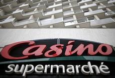 Логотип Casino на входе в супермаркет в Париже. 29 июля 2014 года. Продажи французской розничной сети Casino ускорили падение в третьем квартале 2015 года из-за снижения спроса на электронику в Бразилии и августовских взрывов в Таиланде. REUTERS/Christian Hartmann