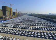 Autos nuevos de Volkswagen son vistos en un parque automotriz en Changchun, China, el 14 de octubre de 2015. El organismo de control automotriz alemán KBA ordenará a Volkswagen que llame a revisión a 2,4 millones de autos en el país después de que la mayor automotriz de Europa admitió haber adulterado las pruebas de emisiones de gases de sus vehículos diésel. REUTERS/Stringer