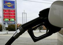 Una estación de gasolina de Sunoco, en Colesville, Maryland, 10 de febrero de 2015. Los precios al consumidor de Estados Unidos registraron su mayor caída en ocho meses en septiembre por un descenso del costo de la gasolina, pero un repunte constante de las presiones subyacentes sobre los precios debería atenuar los temores de que se afianza una tendencia de desinflación. REUTERS/Gary Cameron