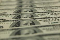 Le déficit budgétaire des Etats-Unis a diminué à 439 milliards de dollars (386 milliards d'euros) sur l'exercice 2015, au plus bas depuis 2008, la croissance des recettes ayant dépassé celle des dépenses à la faveur d'une reprise régulière de l'économie locale. Le déficit 2015 représente 2,5% du Produit intérieur brut (PIB). /Photo d'archives/REUTERS/Laszlo Balogh