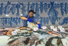 Un pescadero en un mercado de Berlín, el 13 de febrero de 2014. La inflación anual en la zona euro pasó a ser negativa en septiembre debido a unos precios de la energía mucho más bajos, confirmó el viernes la oficina de estadísticas de la Unión Europea, manteniendo la presión sobre el Banco Central Europeo para que aumente sus compras de activos. REUTERS/Thomas Peter
