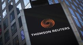 El logo de Thomson Reuters en el edificio de la compañía en Times Square, Nueva York. 29 de octubre de 2013.  Samsung Electronics, el mayor fabricante de teléfonos inteligentes del mundo, y el proveedor de noticias e información Thomson Reuters Corp anunciaron el viernes una asociación para desarrollar productos y servicios para clientes corporativos.   REUTERS/Carlo Allegri