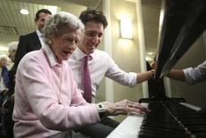 Liberal leader Justin Trudeau watches a woman play the piano while touring a retirement home in Mississauga, Ontario, October 16, 2015. REUTERS/Chris Wattie
