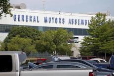 General Motors a découvert un nouveau problème d'allumage susceptible de faire caler le moteur de certains modèles de pickups et SUV et le constructeur automobile américain va rappeler 3.300 véhicules, essentiellement en Amérique du Nord, rapporte Associated Press. /Photo prise le 9 juin 2015/REUTERS/Mike Stone