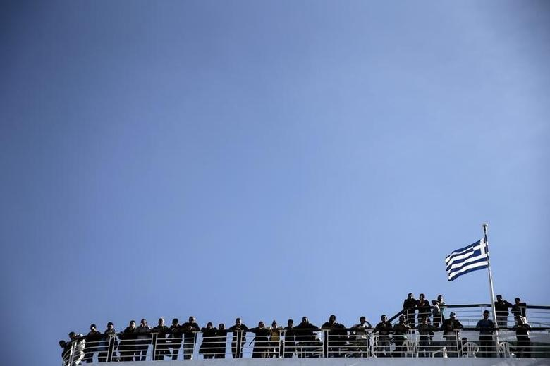 Migrants and refugees are seen onboard passenger ferry, Eleftherios Venizelos, carrying nearly 2,500 refugees and migrants from the island of Lesbos, as it docks at the port of Piraeus, near Athens, Greece, October 15, 2015. REUTERS/Alkis Konstantinidis - RTS4LMF