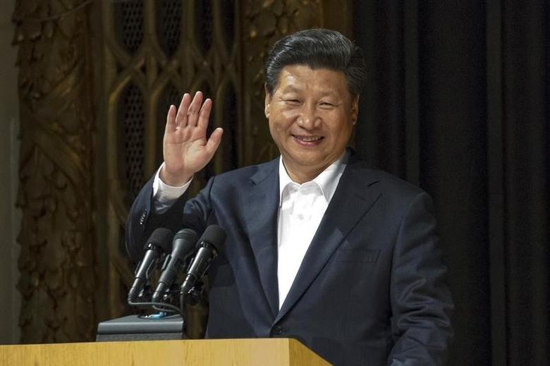 Chinese President Xi Jinping waves while addressing students during a visit to Lincoln High School in Tacoma, Washington, September 23, 2015.   REUTERS/David Ryder