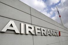 En la imagen, el logo de Air France es visto en el edificio principal de la aerolínea en el aeropuerto Charles de Gaulle cerca de París. 22 de septiembre, 2014. Air France <AIRF.PA> eliminará menos de mil puestos de trabajo el próximo año, menos de un tercio de los 2.900 empleos que prevé reducir en el marco de un plan para el 2016/2017 que generó enfrentamientos con parte de su personal este mes, dijo el domingo el presidente ejecutivo de la matriz Air France-KLM.  REUTERS/Jacky Naegelen