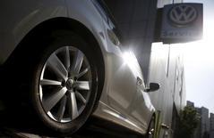 Volkswagen prévoit de continuer à gagner des parts de marché en Chine et compte poursuivre l'élargissement de la gamme qu'il propose sur le premier marché automobile mondia. La filiale chinoise du constructeur allemand compte aller de l'avant dans l'extension de sa gamme, déjà forte de 148 modèles allant des voitures compactes aux grandes berlines en passant par les SUV. /Photo prise le 5 octobre 2015/REUTERS/Kim Hong-Ji
