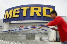 Магазин Metro в Ханое 8 августа 2014 года. Немецкая розничная сеть Metro настроена оптимистично по поводу продаж в период рождественских праздников в связи с увеличением сопоставимых продаж на 1,3 процента в последнем квартале финансового года благодаря росту спроса на бытовую электронику, сообщила компания в понедельник. REUTERS/Do Khuong Duy