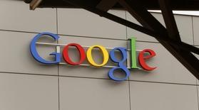 Google va proposer gratuitement sa suite bureautique Apps for Work aux entreprises engagées contractuellement avec d'autres fournisseurs de logiciels. /Photo prise le 16 avril 2015/REUTERS/Arnd Wiegmann