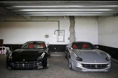Duas Ferraris dadas ao ex-rei da Espanha Juan Carlos, em Madri, na Espanha. 19/10/2015 REUTERS/Andrea Comas
