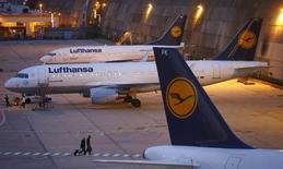 Lufthansa a annoncé lundi avoir présenté à ses personnels navigants commerciaux de nouvelles propositions en matière de retraites, à condition qu'ils acceptent de travailler au-delà de 55 ans, ainsi que des hausses de salaires, dans l'espoir de mettre fin à plusieurs mois de conflit social. /Photo prise le 9 septembre 2015/REUTERS/Kai Pfaffenbach