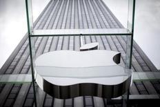 Логотип Apple над входом в Apple store в Нью-Йорке. 21 июля 2015 года. Музыкальному сервису компании Apple Inc удалось привлечь более 6,5 миллионов платных подписчиков, сообщил глава технологического гиганта Тим Кук. REUTERS/Mike Segar
