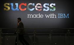 Стенд IBM на выставке CeBIT в Ганновере. 15 марта 2015 года. International Business Machines (IBM) отчиталась о превысившем прогнозы снижении дохода в третьем квартале и ухудшила годовой прогноз прибыли в связи с сокращением спроса из Китая и с развивающихся рынков на фоне более сильного доллара. REUTERS/Morris Mac Matzen