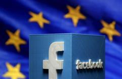 El logo de Facebook, frente a una bandera de la Unión Europea, en una fotografía ilustrativa tomada en Zenica, Bosnia y Herzegovina, 15 de mayo de 2015. El Tribunal Superior de Irlanda ordenó el martes una investigación sobre la transferencia por parte de Facebook de datos de usuarios de la Unión Europea a Estados Unidos, para asegurarse de que la privacidad personal está protegida de forma apropiada frente a la vigilancia del Gobierno estadounidense. REUTERS/Dado Ruvic/Files