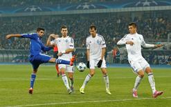 Diego Costa (à esquerda), do Chelsea, em disputa de bola durante jogo com o Dynamo Kiev pela Liga dos Campeões, em Kiev, nesta terça-feira. 20/10/2015 REUTERS/Action Images/John Sibley/Livepic
