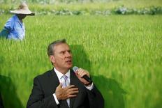 Mike Mack, le directeur général de Syngenta, a informé le conseil d'administration de son intention de démissionner à la fin du mois.  Le directeur financier John Ramsay assurera l'intérim à la tête du groupe d'agrochimie et leader mondial des pesticides jusqu'à ce qu'un successeur à Mike Mack soit trouvé. /Photo prise le 23 juillet 2015/REUTERS/Arnd Wiegmann