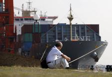 Homem observando navio com contêineres em Tóquio.   20/10/2015   REUTERS/Toru Hanai