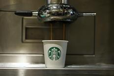 Una vaso de Starbucks bajo una máquina de café en una cafetería en Londres, el 11 de enero de 2013. El acuerdo fiscal de Starbucks con las autoridades holandesas y el de Fiat Chrysler con Luxemburgo son ilegales, dijeron el miércoles los reguladores de la Unión Europea, al tiempo que ordenaron a ambos países que recuperan entre 20 y 30 millones de euros en impuestos de cada una de las compañías. REUTERS/Stefan Wermuth