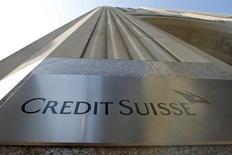 Un cartel de Credit Suisse, visto en el exterior de su sede en Nueva York, 1 de septiembre de 2015. El banco suizo Credit Suisse reportó el miércoles una caída de un 24 por ciento en sus ganancias netas del tercer trimestre, mayor que la esperada. REUTERS/Mike Segar