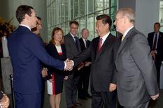 """El príncipe británico Andrew (derecha) mira al canciller Goerge Osborne saludar al presidente chino Xi Jinping, durante una visita al Imperial College, en Londres, 21 de octubre de 2015. China y Gran Bretaña renovaron un acuerdo bilateral de """"swap"""" de sus monedas por tres años más e incrementaron la línea desde 200.000 millones de yuanes a 350.000 millones de yuanes (55.130 millones de dólares, dijo el miércoles el Banco Popular de China (BPC). REUTERS/Anthony Devlin/pool"""