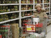 Женщина в гипермаркете Ашан в Москве 15 января 2015 года. Индекс потребительских цен в РФ с 13 по 19 октября вырос на 0,2 процента, как и за предыдущую неделю, сообщил Росстат. REUTERS/Maxim Zmeyev