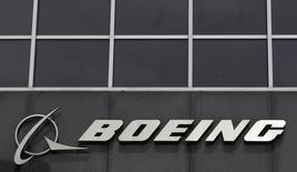Логотип Boeing на штаб-квартире компании в Чикаго 24 апреля 2013 года. Американский авиакосмический концерн Boeing Co нарастил квартальную прибыль и улучшил прогноз на 2015 год благодаря росту поставок самолетов гражданской авиации. REUTERS/Jim Young
