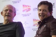 """Imagen de archivo de los protagonistas de la trilogía """"Volver al futuro"""", los actores Christopher Lloyd (a la izquierda en la imagen) y Michael J. Fox en un evento para celebrar los 30 años de la saga en Londres, jul 17, 2015. Cuando Marty McFly viajó al futuro en la secuela de 1989 de """"Volver al Futuro"""" -al 21 de octubre de 2015, para ser precisos- fue recibido por autos voladores, zapatillas autoajustables y patinetas flotantes.  REUTERS/Neil Hall"""
