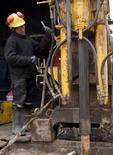 """Imagen de archivo de un trabajador en la mina Toromocho en Perú, ene 13, 2006. Los trabajadores de la mina de cobre Toromocho, de la firma china Chinalco Mining Corp, iniciaron el miércoles una huelga por 48 horas """"debido a la diferencia de algunos puntos de vista entre la gerencia y el sindicato"""" en cuanto a mejoras salariales, dijo la empresa en un comunicado.   REUTERS/Robin Emmott"""
